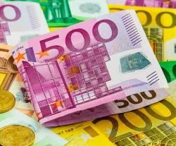 Евро опустилось на 3,85 рубля до 81,3 рубля